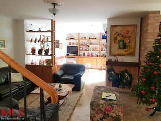 Una sala de estar llena de muebles y un árbol de navidad en Quintas De La Serrania