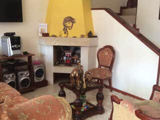 Una sala de estar llena de muebles y una chimenea en Casa Vereda El Abra, Cota - 165mt, cuatro alcobas, balcón