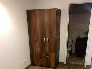 Una puerta de madera con una puerta de madera en ella en No aplica