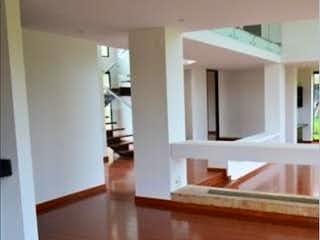Una cocina con nevera y fregadero en Casa en Los Arrayanes, Guaymaral - 445mt, dos alcobas, terraza