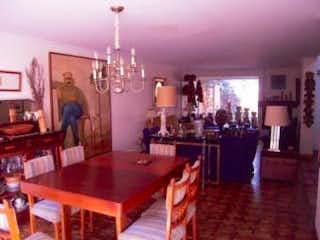 Una gran cocina con una mesa y sillas en No aplica