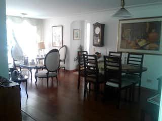 Una sala de estar llena de muebles y una mesa de madera en Apartamento en Bella Suiza, La Carolina - 78mt, dos alcobas