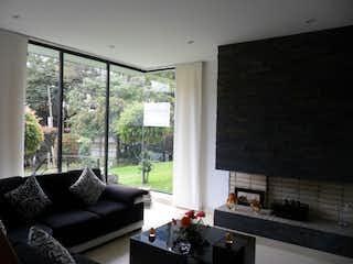 Una sala de estar llena de muebles y una ventana en Quintas de Galatea