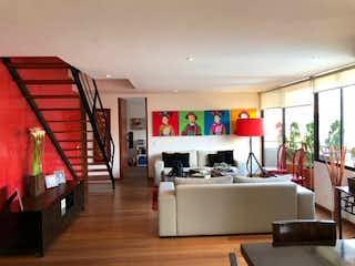 Una sala de estar llena de muebles y una televisión de pantalla plana en Apartamento en El Virrey, Chico - Dos alcobas