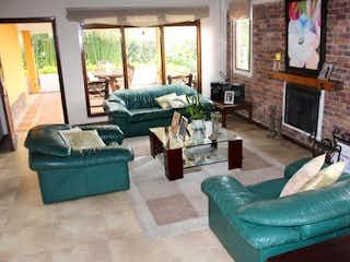 Una sala de estar llena de muebles y una chimenea en Villa Marina