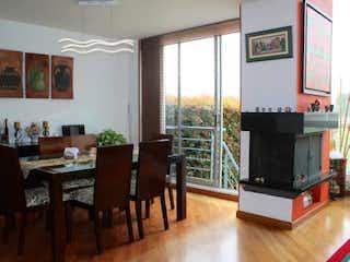 Una sala de estar llena de muebles y una televisión de pantalla plana en Casa en Prado Pinzon, Colina Campestre - Cinco alcobas