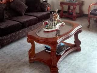 Una sala de estar llena de muebles y una mesa en Casa en Techo, Kennedy - Cinco alcobas