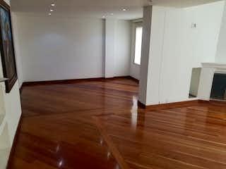 Una habitación que tiene un suelo de madera en ella en -