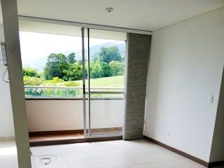 Un cuarto de baño con un inodoro y una ventana en URB CAPELLA