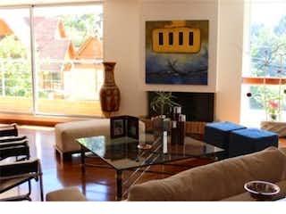 Una sala de estar llena de muebles y una ventana en Venta Apto Bosque de Pinos