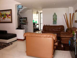 Una sala de estar llena de muebles y una televisión de pantalla plana en Venta Casa Colina Camprestre
