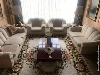 Una sala de estar llena de muebles y una ventana en Venta Casa Cedro Bolivar
