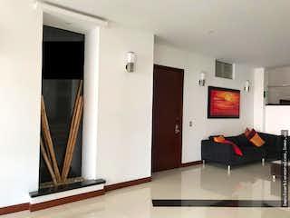 Una vista de un cuarto de baño con una puerta de cristal en Venta Apartamento Chico Navarra