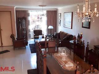 Una sala de estar llena de muebles y una lámpara de araña en San Esteban De La Concha