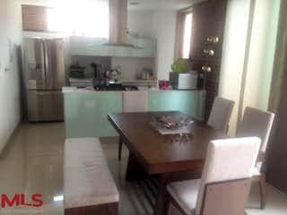 Una cocina con una mesa y una nevera en Vytra