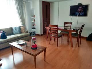 Una sala de estar llena de muebles y una televisión de pantalla plana en Apartamento en Santa Barbara Central, Santa Barbara - 74mt, dos alcobas