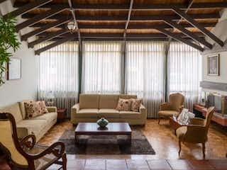 Una sala de estar llena de muebles y una gran ventana en Casa 2 Niveles