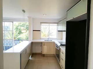 Una cocina con un fregadero, una estufa y una ventana en Universidad 70