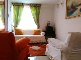 Una habitación de hotel con una cama y un sofá en Portal de la autopista