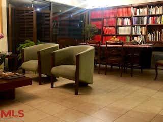 Un par de sillas sentadas en una habitación en Vesubio