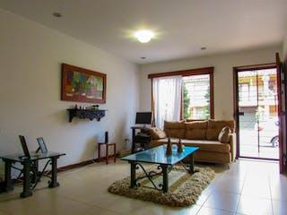 Una sala de estar llena de muebles y una mesa en Casa en Venta VEREDA LOS ALTICOS SAN ANTONIO DE PEREIRA