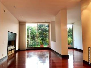 Una sala de estar llena de muebles y una televisión de pantalla plana en Apartamento en Chico Navarra, Santa Barbara - 125mt, dos alcobas, balcón