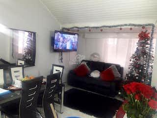 Una sala de estar llena de muebles y un árbol de navidad en -