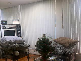 Una cama sentada en un dormitorio junto a una ventana en Casa en venta en Fuentes del Pedregal, de 933mtrs2