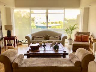 Una sala de estar llena de muebles y una gran ventana en Departamento en venta en Bosque de las Lomas de 365 mts2 Duplex