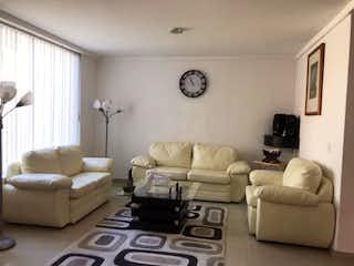 Una sala de estar llena de muebles y una gran ventana en Casa en venta en Santa María Tepepan de 385 mts2 de 3 niveles