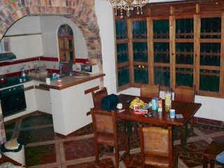 Una cocina con una mesa de madera y sillas en Finca