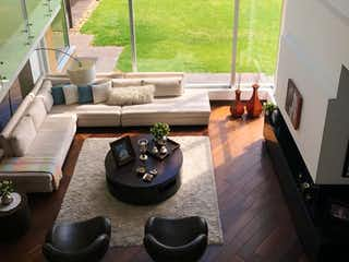 Una sala de estar llena de muebles y una gran ventana en -