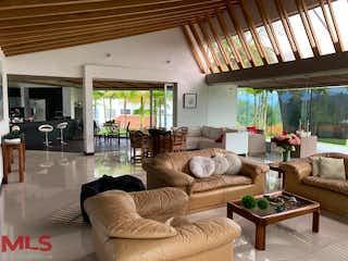 Una sala de estar llena de muebles y una gran ventana en Casa en V. Quirama, El Carmen de Viboral - Cuatro alcobas