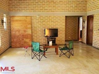 Una sala de estar llena de muebles y una televisión de pantalla plana en Parcelación Aguas Claras