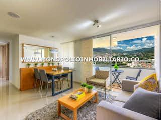 Una sala de estar llena de muebles y una gran ventana en CAMINO DEL VIENTO 11