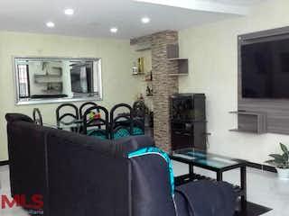 Una sala de estar llena de muebles y una televisión de pantalla plana en Casa en venta en Las Brisas, 187m²