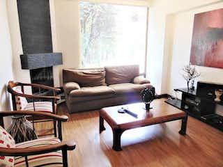 Una sala de estar con un sofá-silla y una mesa de café en Casa en venta en Colina Campestre, Bogotá