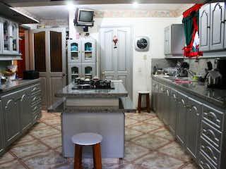 Una cocina con una estufa y un fregadero en Casa