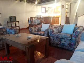 Una sala de estar llena de muebles y una mesa en Villa Campestre la Macarena