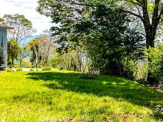 Un banco de parque en medio de un parque en Almenares