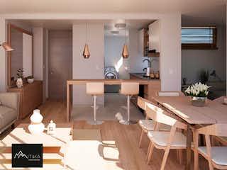 Una sala de estar llena de muebles y una mesa en Mitika