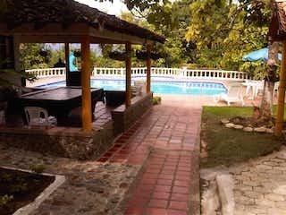 Una vista de un patio con una mesa y sillas en Finca En Venta En Sopetran Sopetran