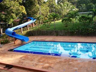 Una piscina azul con una piscina azul en Finca En Venta En Sopetran Vereda Miranda