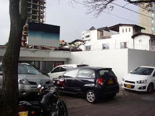 Un coche estacionado delante de un edificio en Casa-Local En Venta En Medellin El Poblado