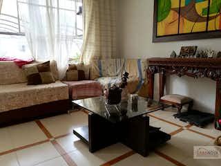 Una sala de estar llena de muebles y una ventana en Casa en El Rincon, Belen - 77mt, tres alcobas, dos niveles
