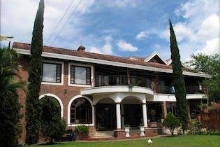 Casa en venta En Envigado San Lucas, cuenta con 5 habitaciones.