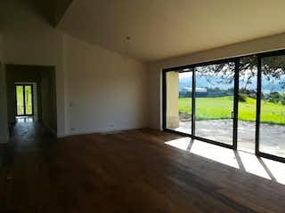 Una sala de estar con una ventana y una mesa en casa