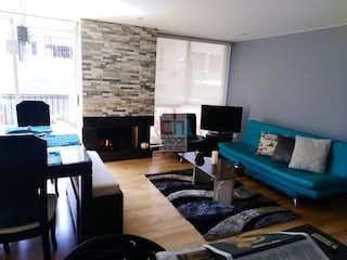 Una sala de estar llena de muebles y una televisión de pantalla plana en  conjunto cerrado