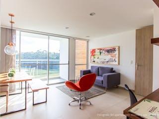 Una sala de estar llena de muebles y una ventana en AP TERRA
