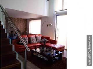 Una sala de estar llena de muebles y una ventana en Casa en Carlos Lleras, Ciudad Salitre - 234mt, dos niveles, tres alcobas